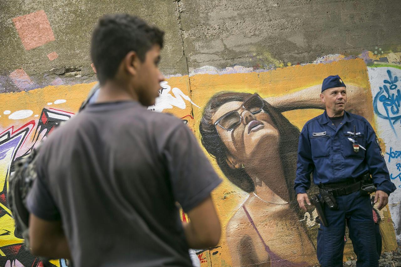 Pörgetik: csak augusztusban közel annyian vettek letelepedési kötvényt, mint ahány menekültet idén befogadott az ország