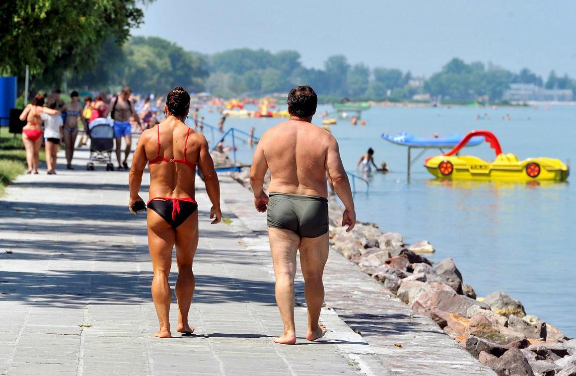 Több száz eurós bírságra számíthat, aki fürdőruhában sétál Budva központjában