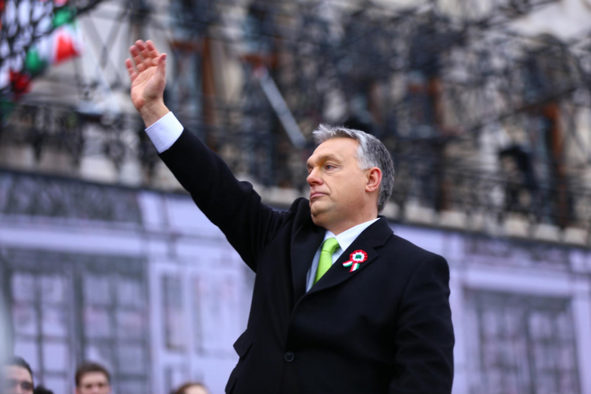 A Washington Post szerint Orbán beállt a fóliasisakos összeesküvés-hívők közé