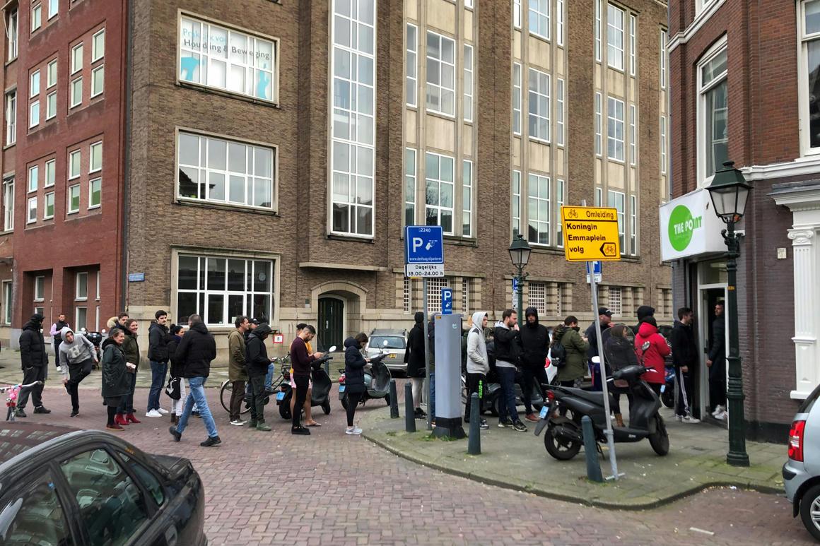 Pár nap után ismét megnyitottak a fűboltok Hollandiában - 444