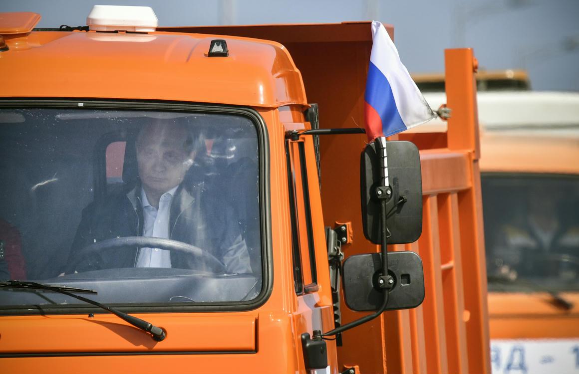 0a50e786d5 Vlagyimir Putyin, amint áthajt egy teherautóval a frissen átadott  Kercs-hídon. Miközben ez történt, 24, a hídnál horgonyzó hajó navigációs  rendszere is ...