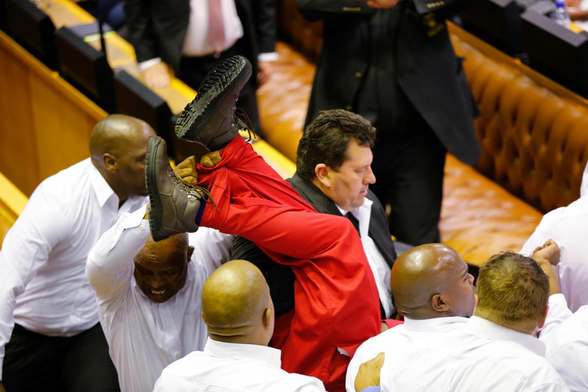 Tömegverekedés volt a dél-afrikai parlamentben