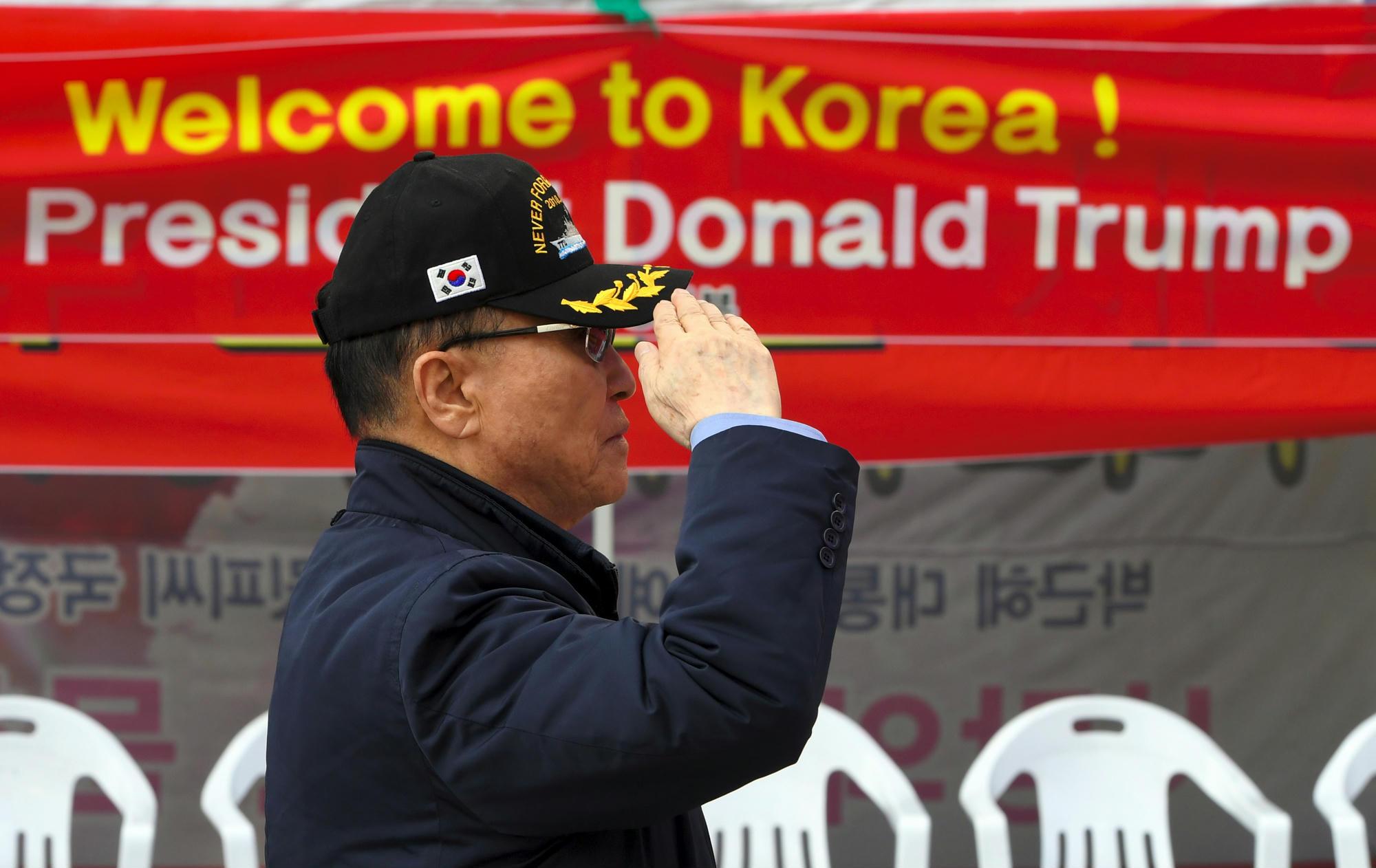 Rendesen felkészültek Trump látogatására dél-koreai rajongói