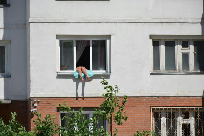 Botrány a Kropotkin utcában: elegük lett a szomszédoknak a félpucéran, ablakon kilógva napozó nőből - 444.hu
