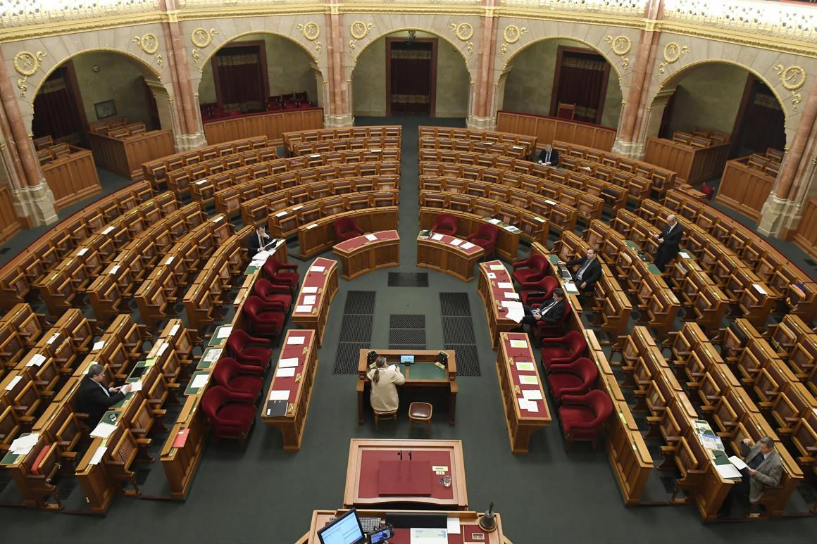 Hat, azaz 6 képviselő vesz részt az Országgyűlés munkájában