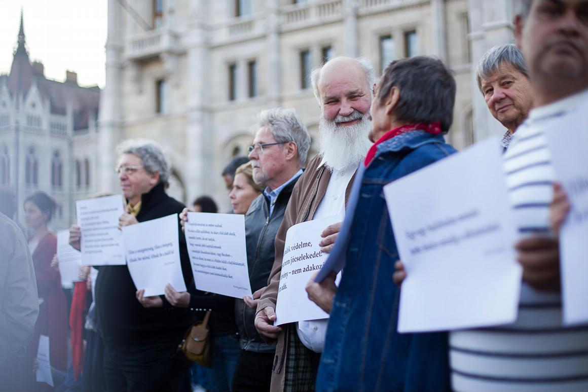 Több százan tüntettek a hajléktalanságban élők méltóságáért a Kossuth téren