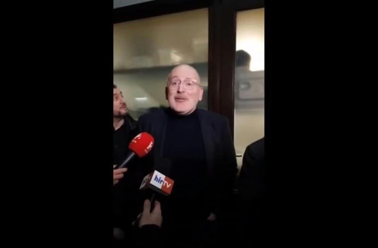 """Friss hírek: Bede Zsolt volt fociultra az utcán lépett oda Frans Timmermanshoz, és szólította meg angolul. Ami ezután történt, arra nincsenek szavak, legalábbis magyarul. """"I had been friends in Párizs in 95. Very good. But now I fear."""""""