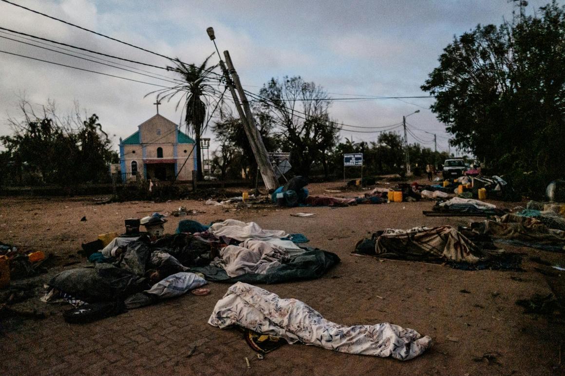 fa4a713257 A viharban és az azt követő áradásokban otthonaikat elvesztők alszanak az  utcán a mozambiki Buziban.Fotó: YASUYOSHI CHIBA/AFP