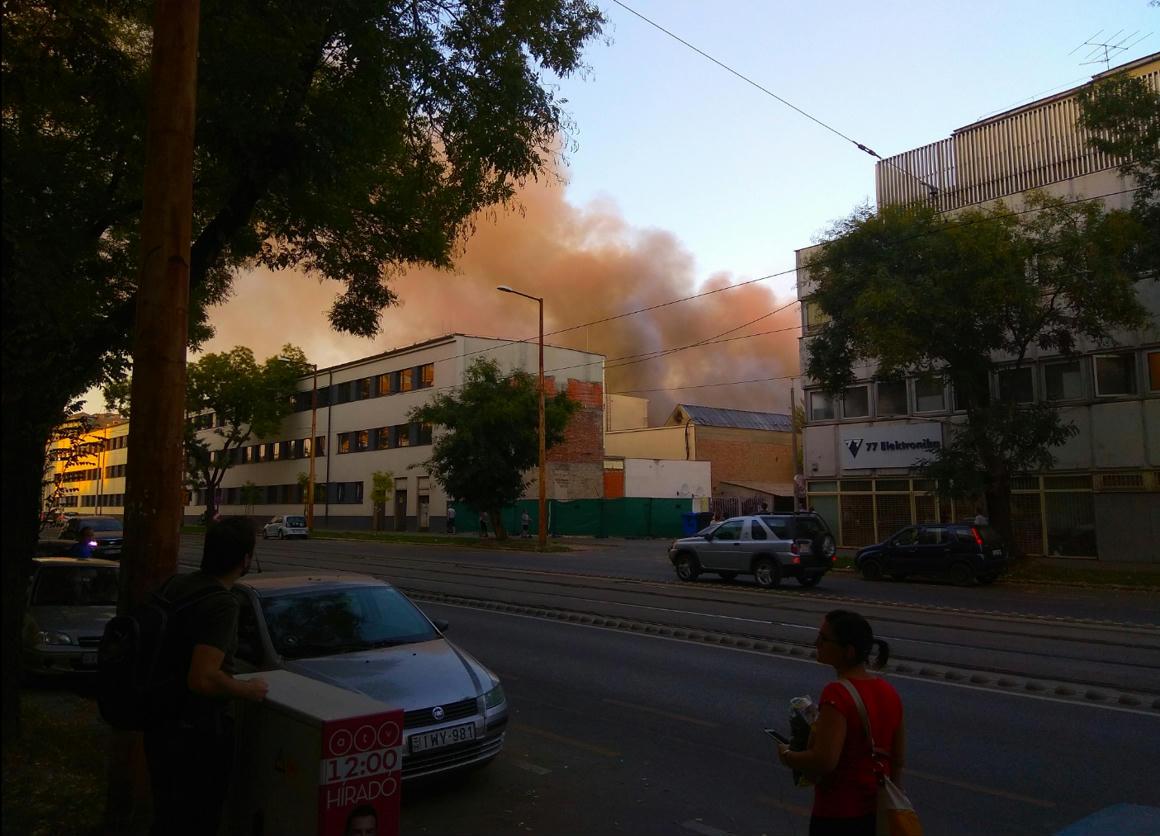 Kigyulladt a 77 Elektronika épülete Lágymányoson