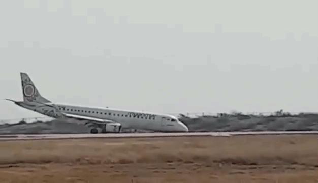 097fe4bd1250 Futómű nélkül tette le a gépet a mianmari pilóta - 444
