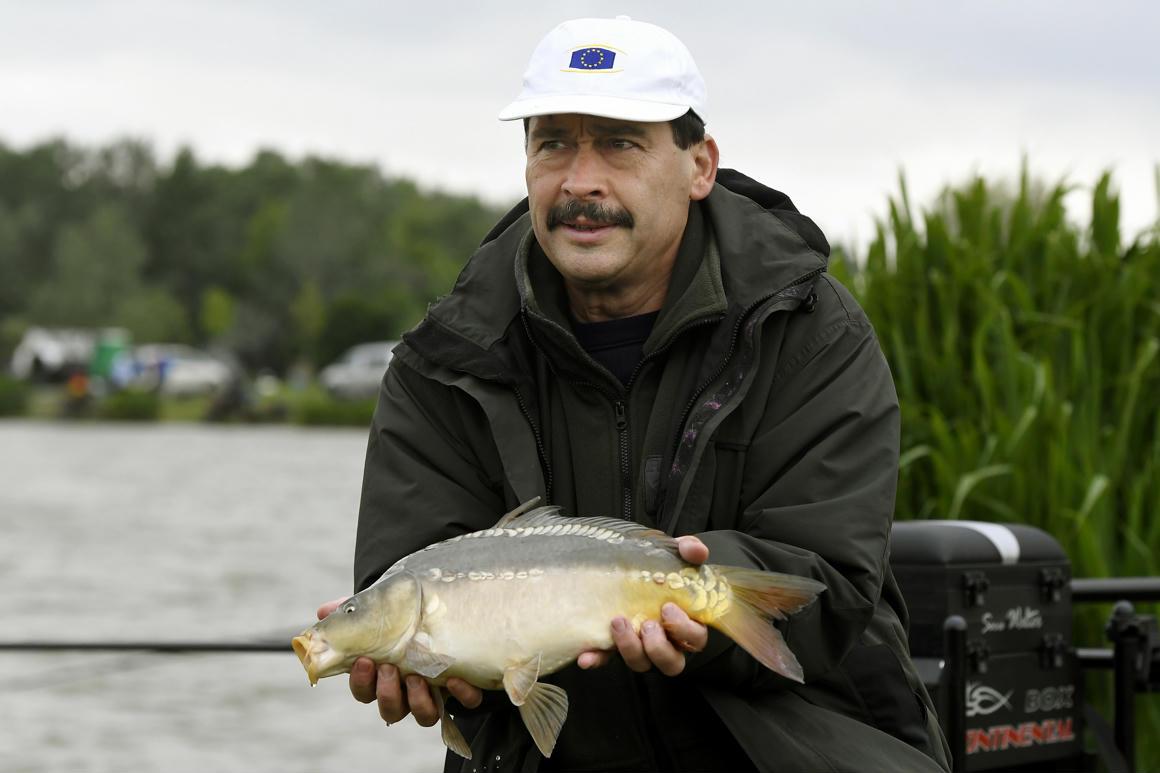 Áder János EU-s sapkában fogott halat