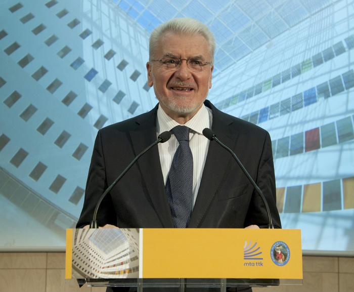 Friss hírek: Az MTA egykori elnöke szerint a kormány aljas módon zsarolja az Akadémiát, kár, hogy a magyar gondolkodók ilyen mimózák.